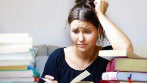 Junge Frau mit Stress im Alltag. Versucht sich an Stressbewältigung