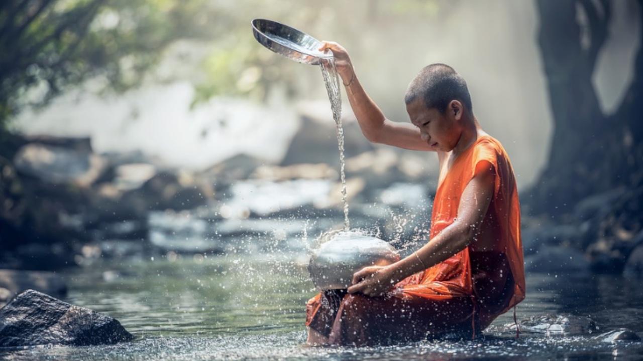 achtsamkeit lernen mit Buddhismus. Achtsamer Junge mit Wasserspiel