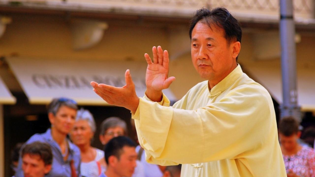 Tai Chi Lehrer führt TaiChi Übungen vor.